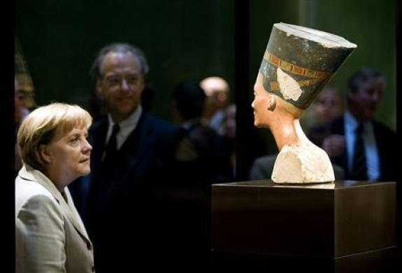 File photo of German Chancellor Angela Merkel looking at the statue of Queen Nefertiti (Nofretete) after a ceremony marking the opening of the Neues Museum (New Museum) in Berlin October 16, 2009.